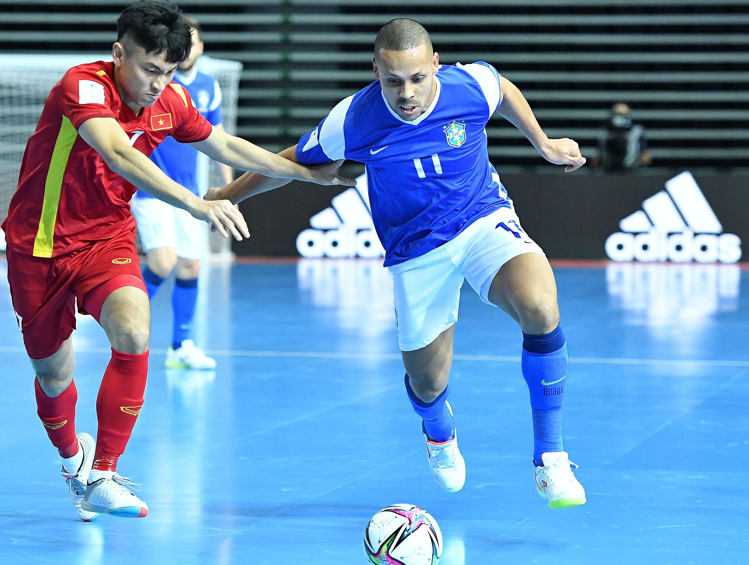 Hàng thủ Việt Nam vất vả theo kèm Ferrao - chân sút lợi hại nhất futsal thế giới hiện nay. Ảnh: VFF