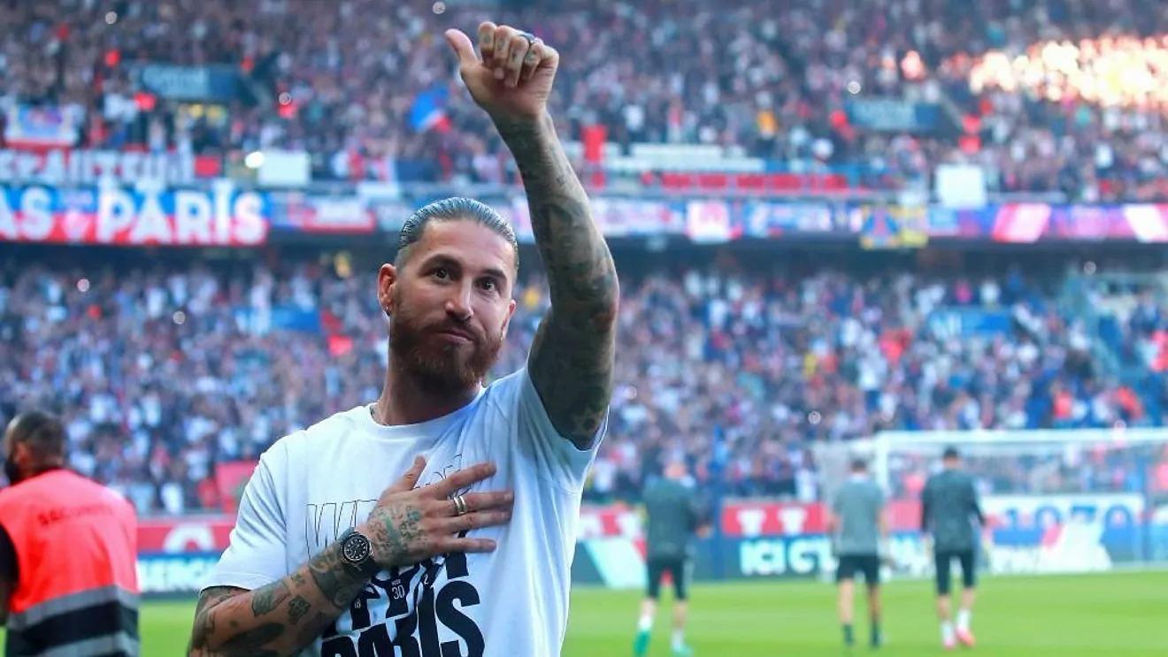 Ramos ra mắt với khán giả tại Parc des Princes hôm 14/8, trước trận PSg hạ Strabourg 4-2 ở vòng 2 Ligue 1. Ảnh: EFE