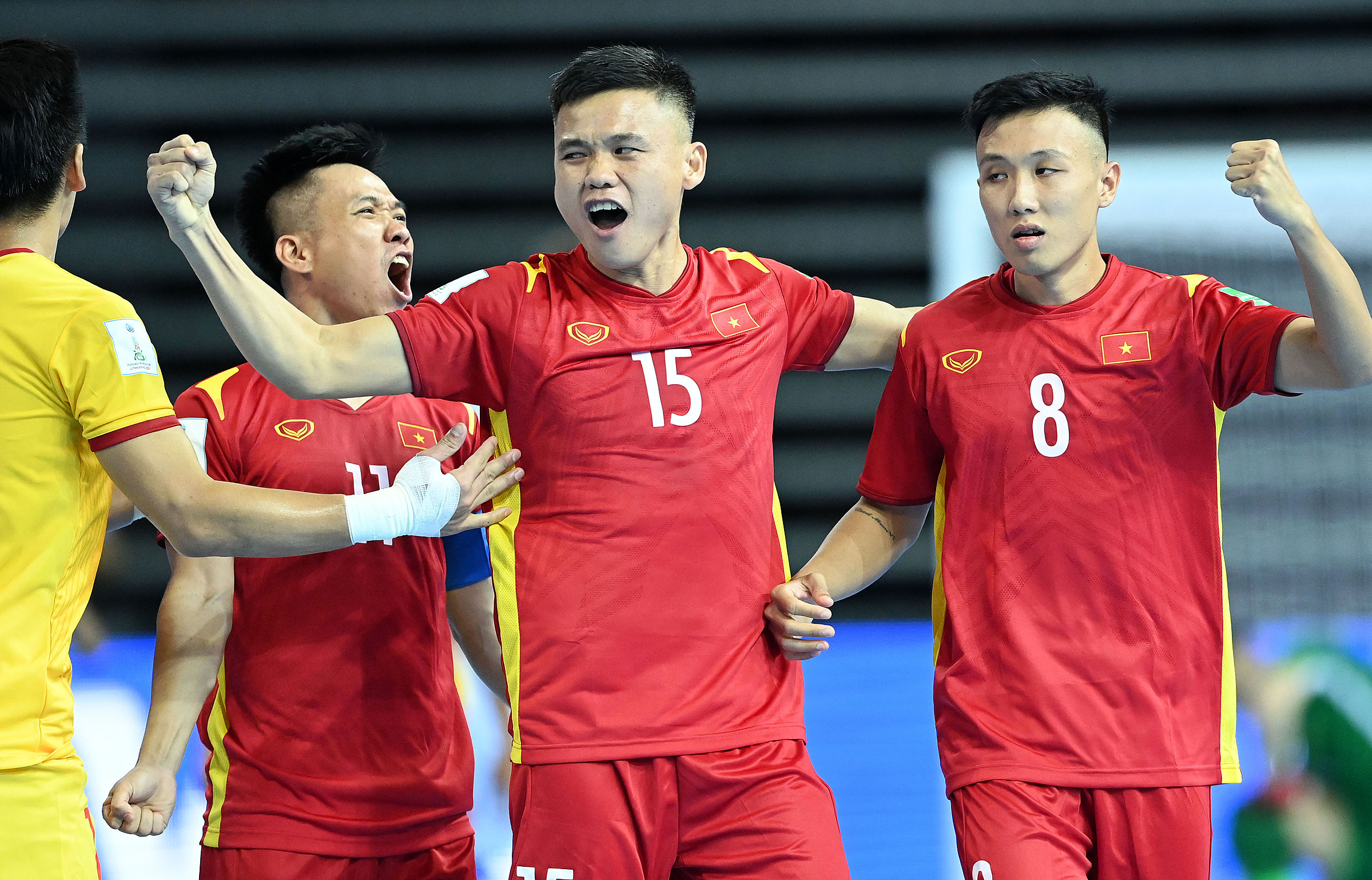 Các cầu thủ Việt Nam hạnh phúc khi sút tung lưới ứng viên vô địch Brazil. Ảnh: VFF