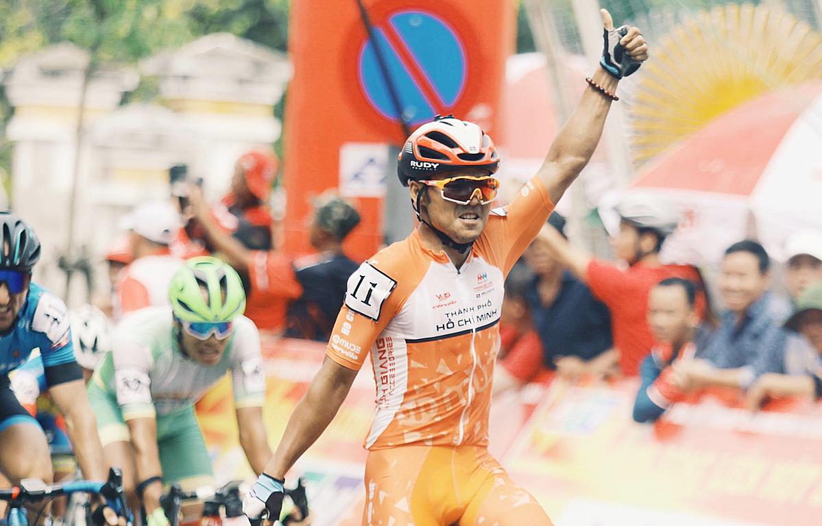 Nguyệt Minh thi đấu ở giải đua xe đạp xuyên Việt năm 2020. Ảnh: Như Huy