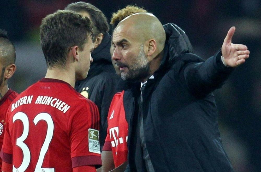 Kimmich trong một lần được Guardiola chỉ bảo tận tình trên sân ở Bundesliga mùa 2015-2016. Ảnh: AFP