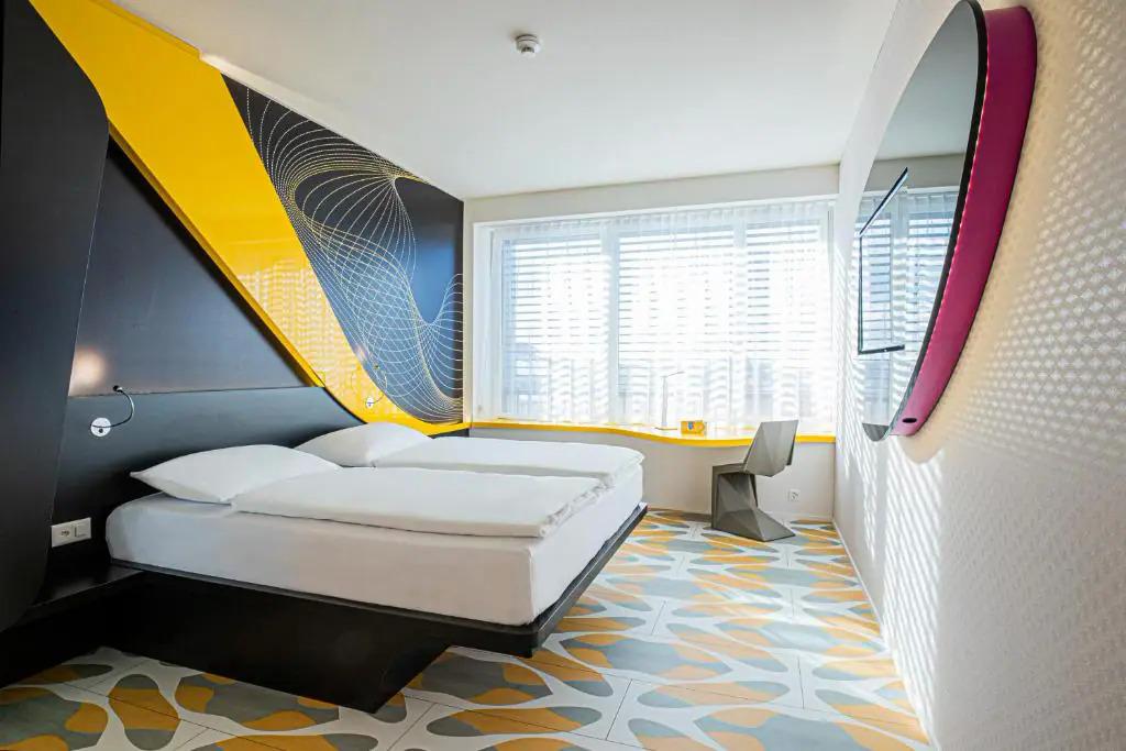Một căn phòng tiêu chuẩn ở khách sạn Prizeotel. Ảnh: Booking