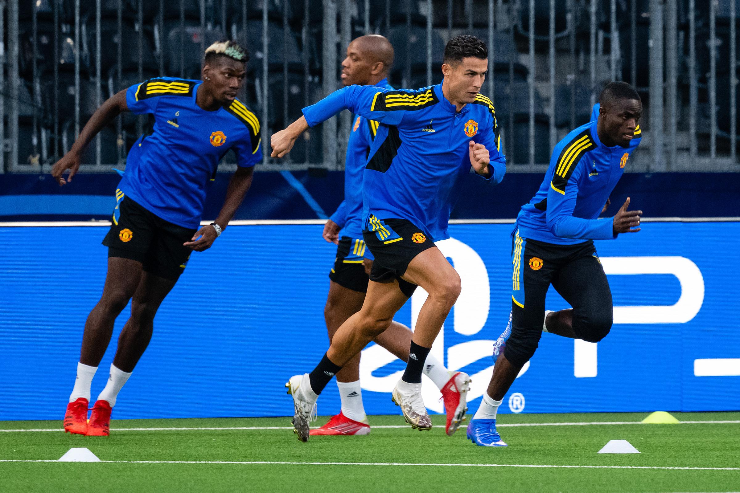 Ronaldo và các cầu thủ Man Utd tập làm quen sân Wankdorf. Ảnh: Twitter / Man Utd