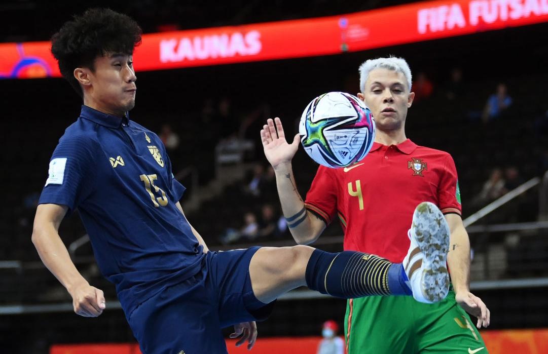 Thái Lan (áo xanh) suýt gây bất ngờ khi có bàn dẫn trước Bồ Đào Nha nhưng sau đó lại thua ngược 1-4.