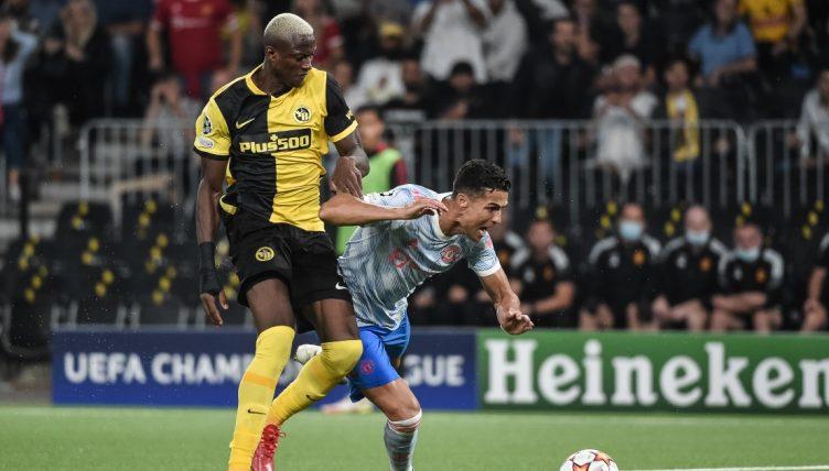 Trước pha va chạm với Camara, Ronaldo tung ra hai cú dứt điểm và ghi một bàn. Ảnh: Goal