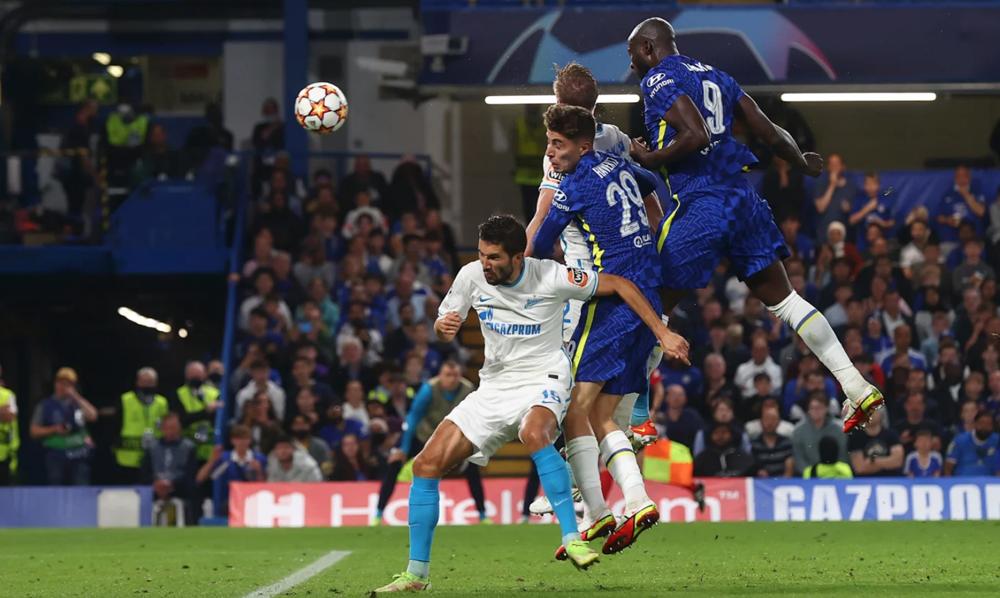 Lukaku đánh đầu, giúp Chelsea giành ba điểm khi đón tiếp Zenit. Ảnh: AFP