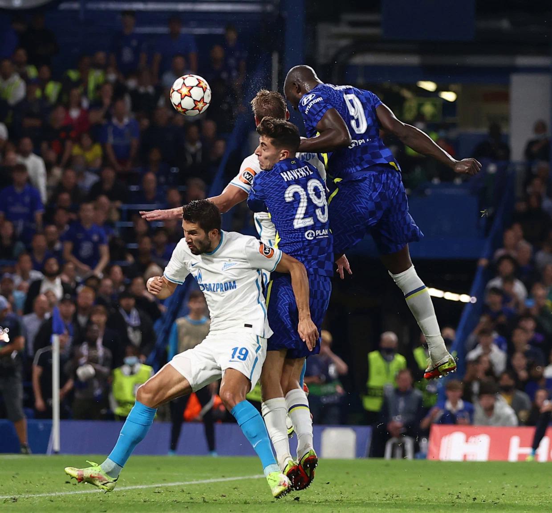 Lukaku trong pha không chiến thành công, ghi bàn ấn định thắng lợi cho Chelsea. Ảnh: Sun