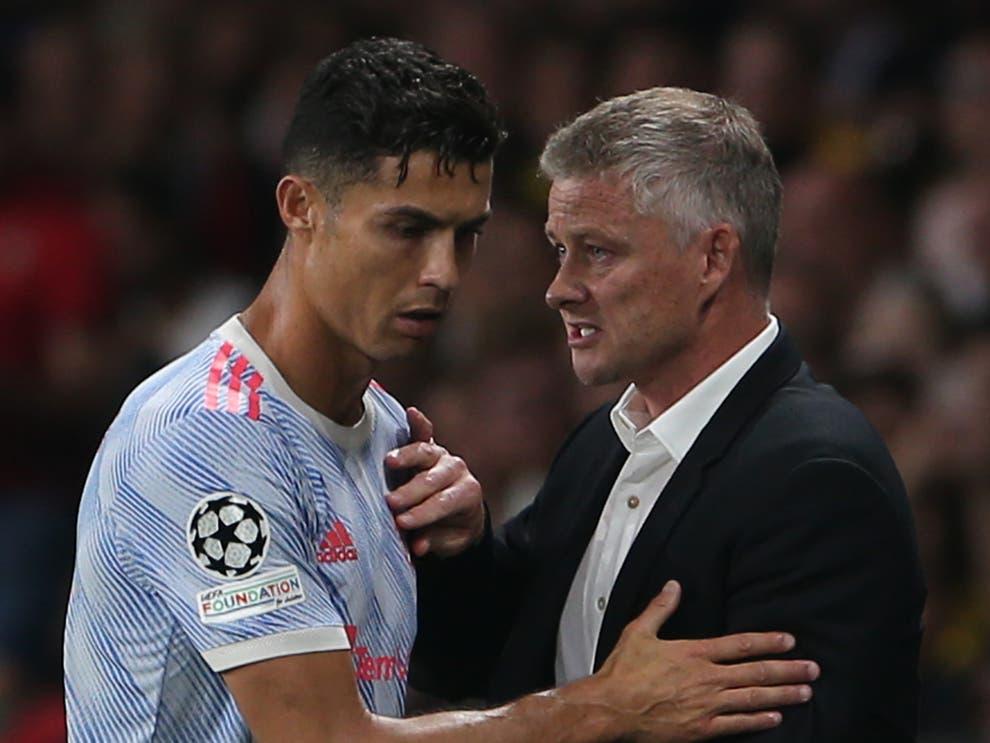 Solskjaer động viên Ronaldo sau khi rút tiền đạo này khỏi sân từ phút 72. Ảnh: manutd.com