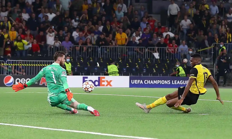 Siebatcheu đánh bại De Gea để ghi bàn ấn định chiến thắng cho Young Boys. Ảnh: Shutterstock.