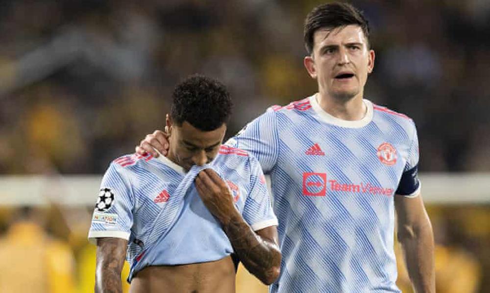 Harry Maguire động viên Jesse Lingard sau trận thua 1-2 trên sân của Young Boys. Ảnh: AFP