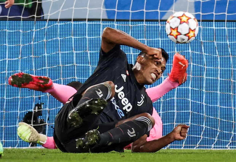 Pha chuồi người của Alex Sandro đánh đầu tầm thấp ghi bàn như một tiền đạo. Ảnh: Reuters
