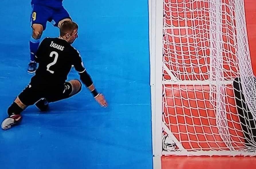 Tình huống trong trận Lithunia và Kazakhstan cũng không được trọng tài công nhận bàn thắng.