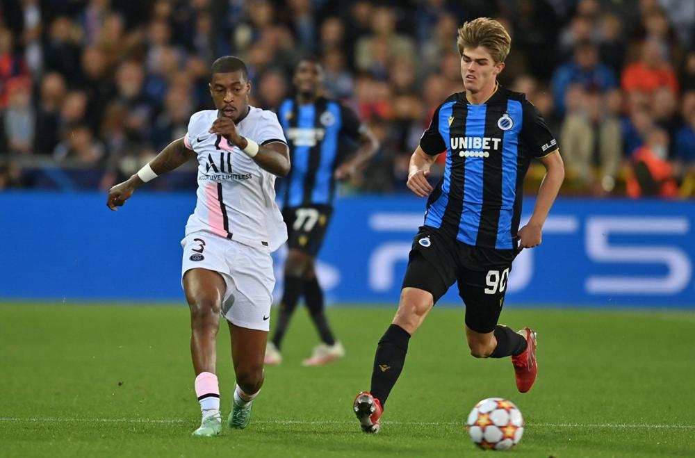 Kimpembe có trận đấu vất vả khi theo kèm tiền đạo 20 tuổi Charles De Ketelaere. Ảnh: AFP
