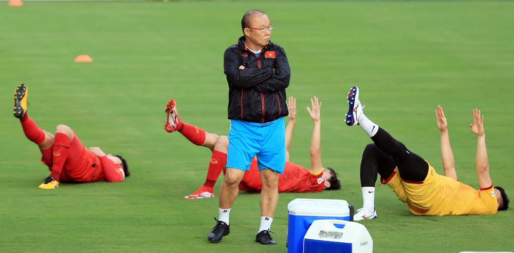 Thầy trò ông Park Hang-seo trở lại tập luyện trên sân Trung tâm đào tạo bóng đá trẻ Việt Nam chiều 16/9. Ảnh: VFF