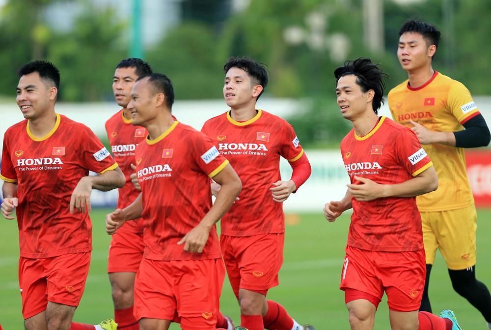 Nguyễn Công Phượng (thứ hai từ phải sang) trở trở lại đội sau hai trận được cho nghỉ để chăm vợ sinh con. Ảnh: VFF