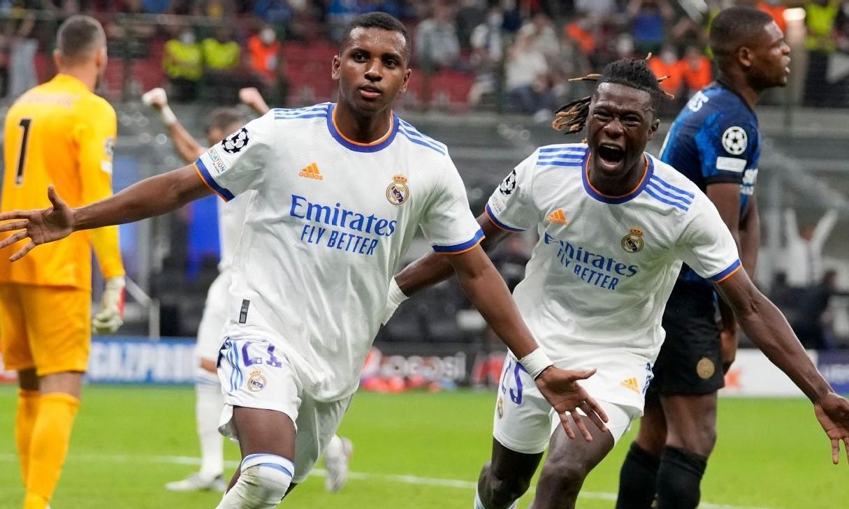 Hai cầu thủ sinh sau năm 2000 Rodrygo và Camavinga giúp Real giành ba điểm. Ảnh: EFE.