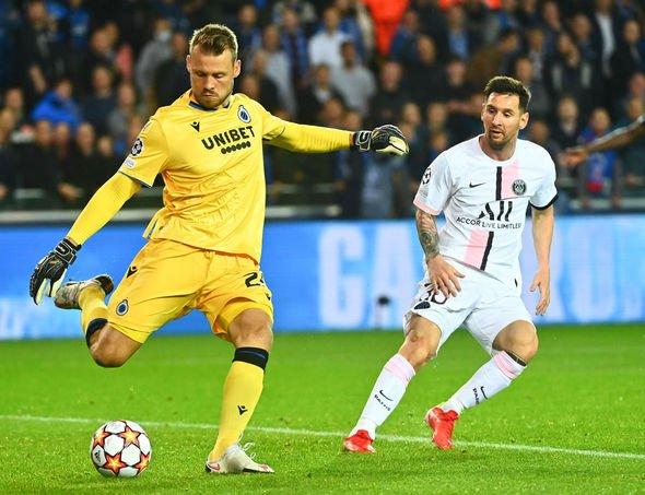 Thủ môn Simon Mignolet hoá giải nguy hiểm khi Messi áp sát trong trận hòa 1-1 với PSG. Ảnh: AFP