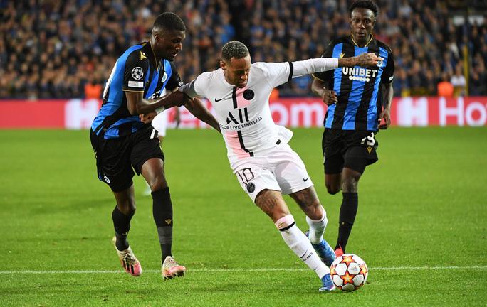 Neymar (áo trắng) lạc điệu với đồng đội trong trận mở màn Champions League. Ảnh: Reuters.