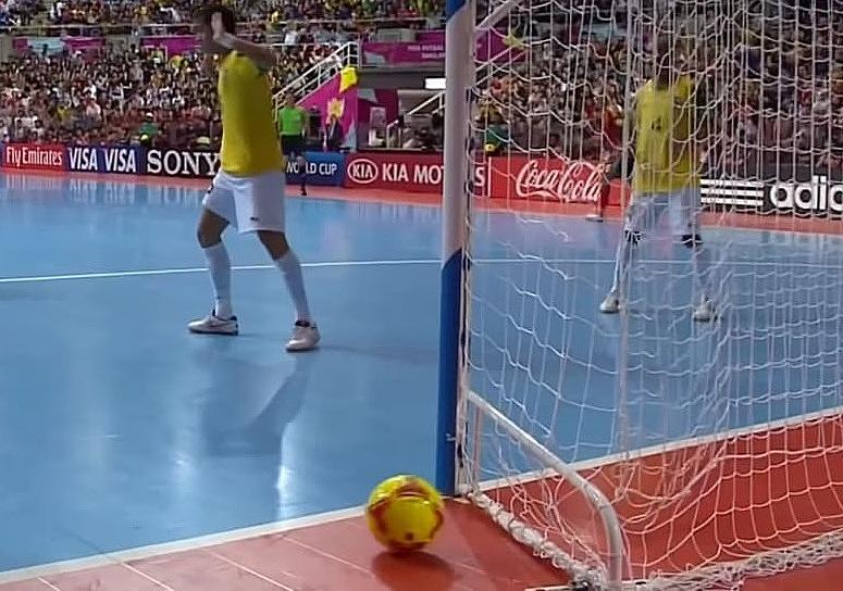 Thanh chắn thiết kế ở cầu môn tại futsal World Cup 2012 có thể không ảnh hưởng tới bàn thắng của các đội. Ảnh: chụp màn hình