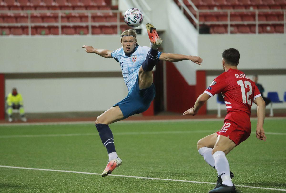 Haaland tranh bóng với Jayce Olivero trong trận Na Uy hạ chủ nhà Gibraltar hôm 23/3/2021. Ảnh: Reuters