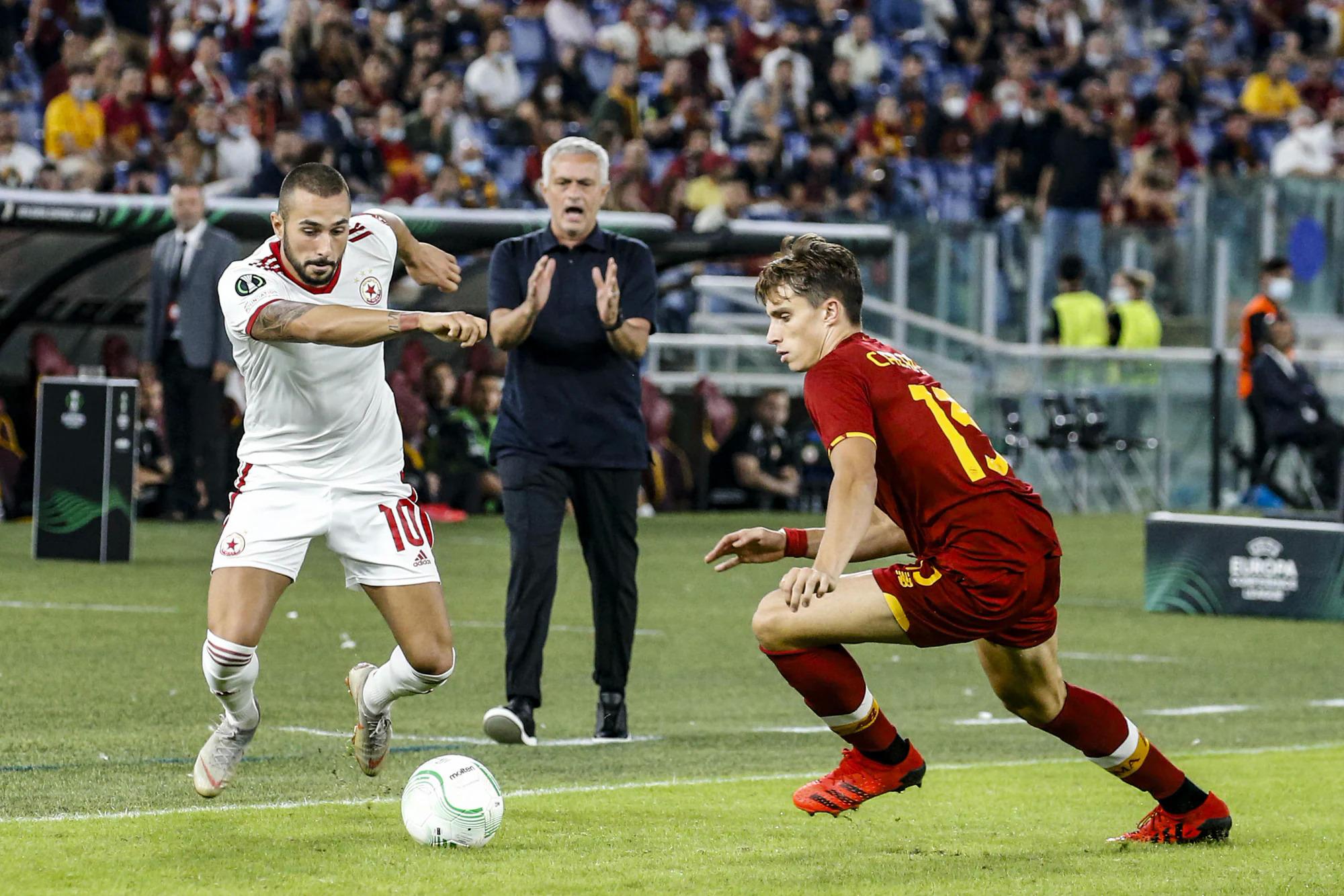 Mourinho tỏ ý không hài lòng sau một tình huống hậu vệ phải Karsdorp để đối phương vượt qua trong trận Roma - CSKA Moscow ở Europa Conference League hôm 16/9. Ảnh: ANSA