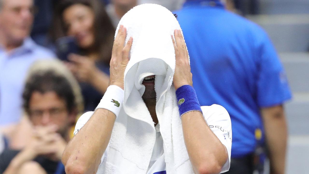 Djokovic khóc ở cuối trận thua Medvedev, vì được khán giả Mỹ cổ vũ nhiệt tình. Ảnh: US Open