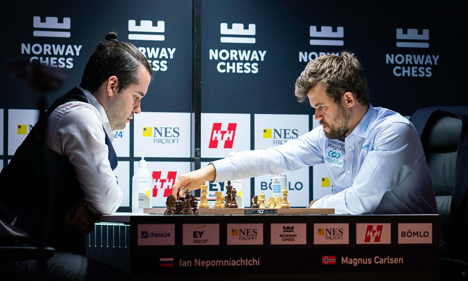 Carlsen (phải) lần thứ tư vô địch siêu giải Na Uy, năm 2016, 2019, 2020 và 2021. Ảnh: Norway Chess/Lennart Ootes