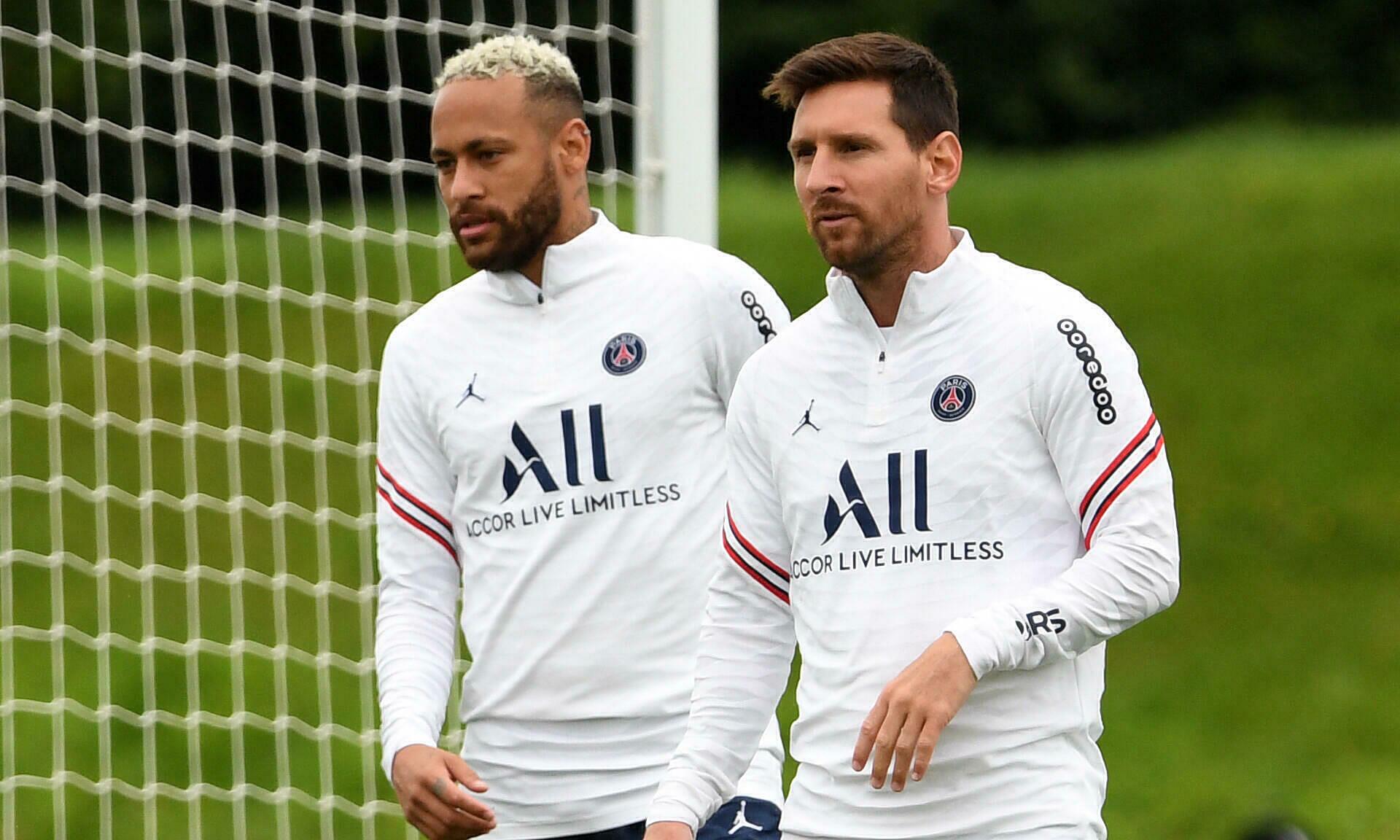 Messi (phải) lĩnh ít nhất 37 triệu euro mỗi năm ở PSG. Ảnh: AFP
