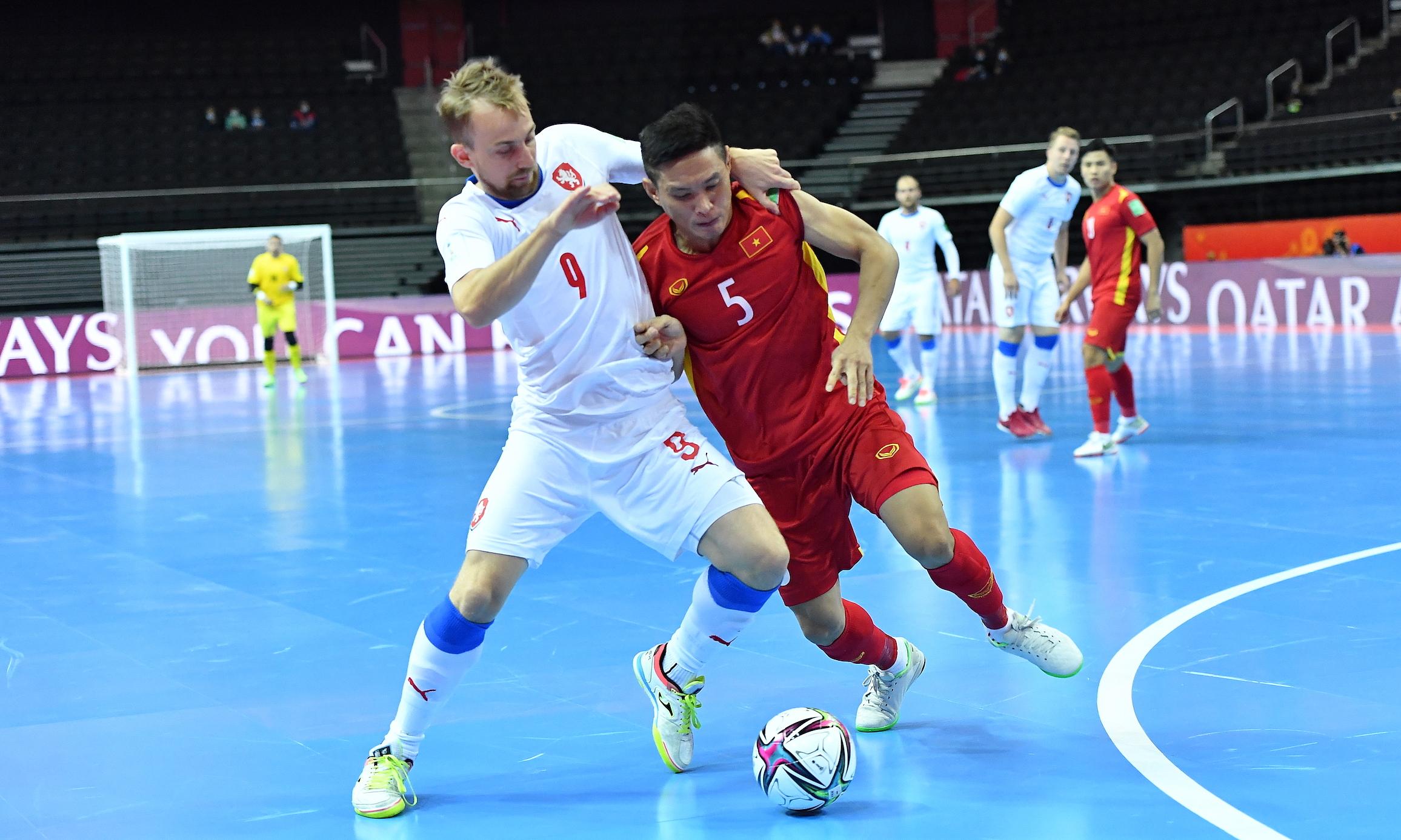 Anh Quý (số 5) tranh bóng với Tomas Koudelka. Ảnh: VFF
