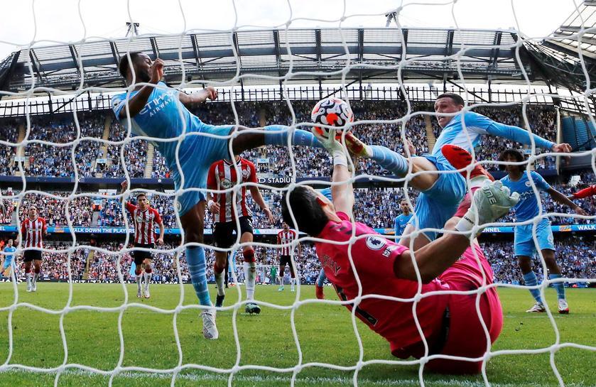 Tình huống Sterling đá tung lưới Southampton ở phút bù giờ hiệp hai nhưng không được công nhận bàn thắng vì VAR xác định tiền đạo của Man City đã việt vị. Ảnh: Reuters