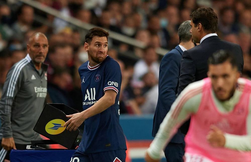 Messi thể hiện thái độ với HLV Pochettino bị thay ra sớm trong trận thắng Lyon 2-1 ngày 19/9. Ảnh: AFP