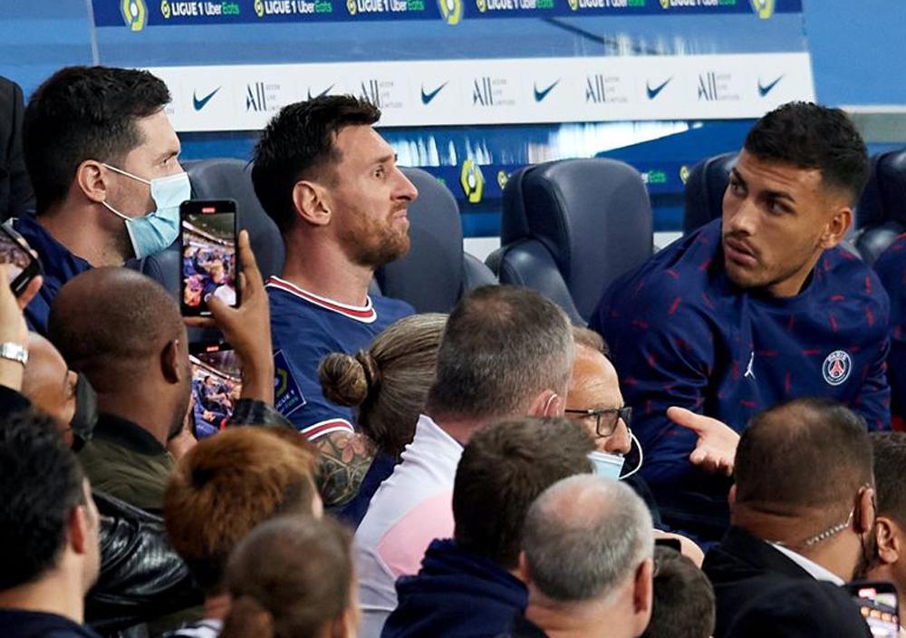 Messi ngồi thất thần khi bị thay ra sớm trong trận thắng Lyon. Ảnh: AFP