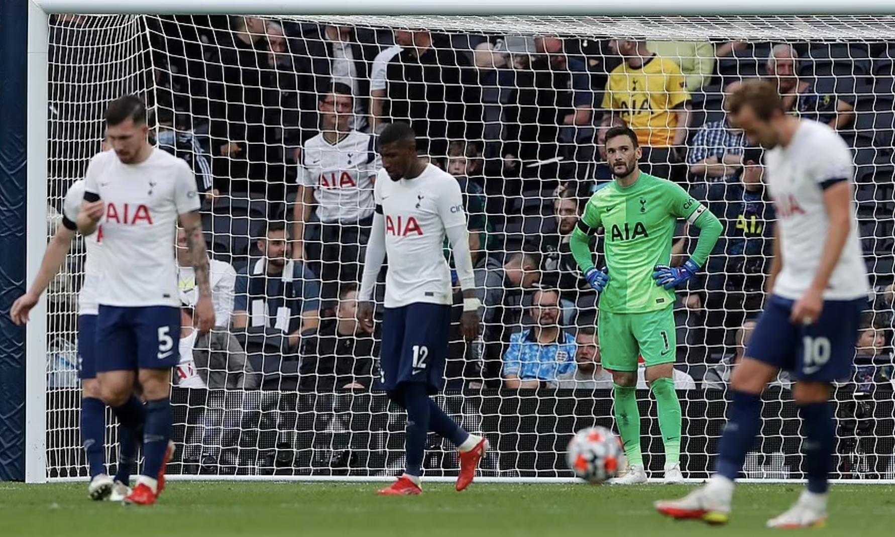 Sau hiệp một khởi sắc, Tottenham bị lấn lướt hoàn toàn trong hiệp hai và thủng ba bàn. Ảnh: Reuters