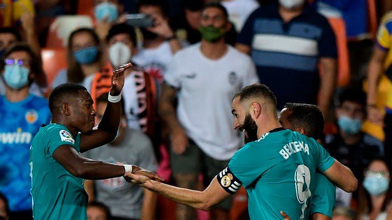 Vinicius (trái) và Benzema ăn mừng. Ảnh: Reuters