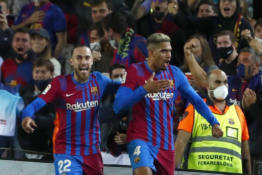 Araujo (số 4) phấn khích tột độ sau khi ghi bàn ở phút 90. Ảnh: EFE
