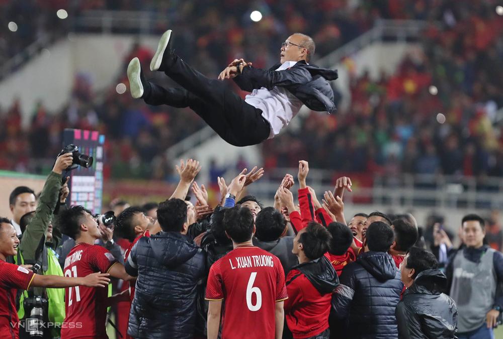 Cầu thủ Việt Nam tung HLV Park Hang-seo ăn mừng, sau khi đánh bại Malaysia, lên ngôi vô địch AFF Cup 2018. Ảnh: Đức Đồng