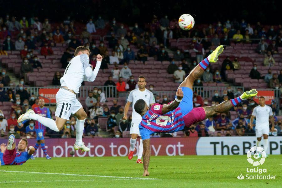 Hàng công Barca với Memphis Depay đá từ đầu và De Jong (góc trái) vào sân từ hiệp hai hoàn toàn vô dụng khi tiếp Granada tại Camp Nou hôm 20/9. Ảnh:  La Liga