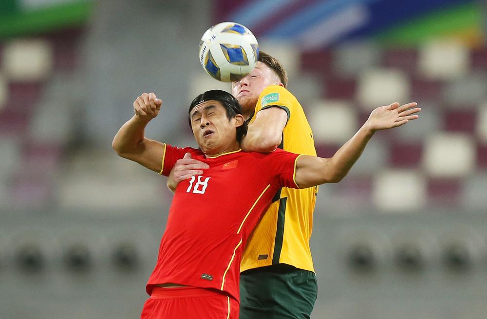 Zhang Yuning thi đấu trong trận thua Australia 0-3 tại vòng loại World Cup 2022. Ảnh: AFC