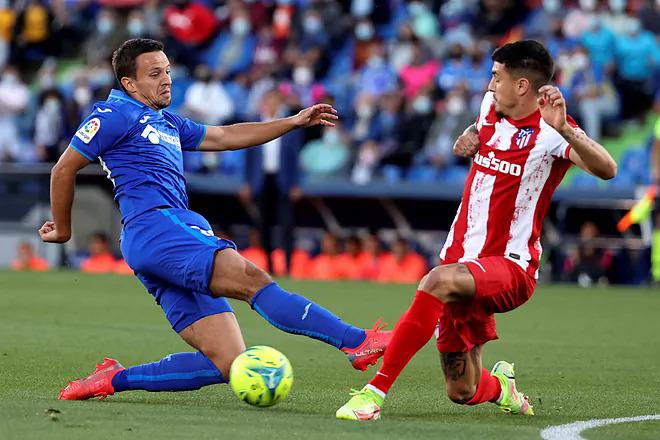 Getafe (áo xanh) ghi bàn vào lưới Atletico sau 20 trận tịt ngòi trước đối thủ này. Ảnh: EFE