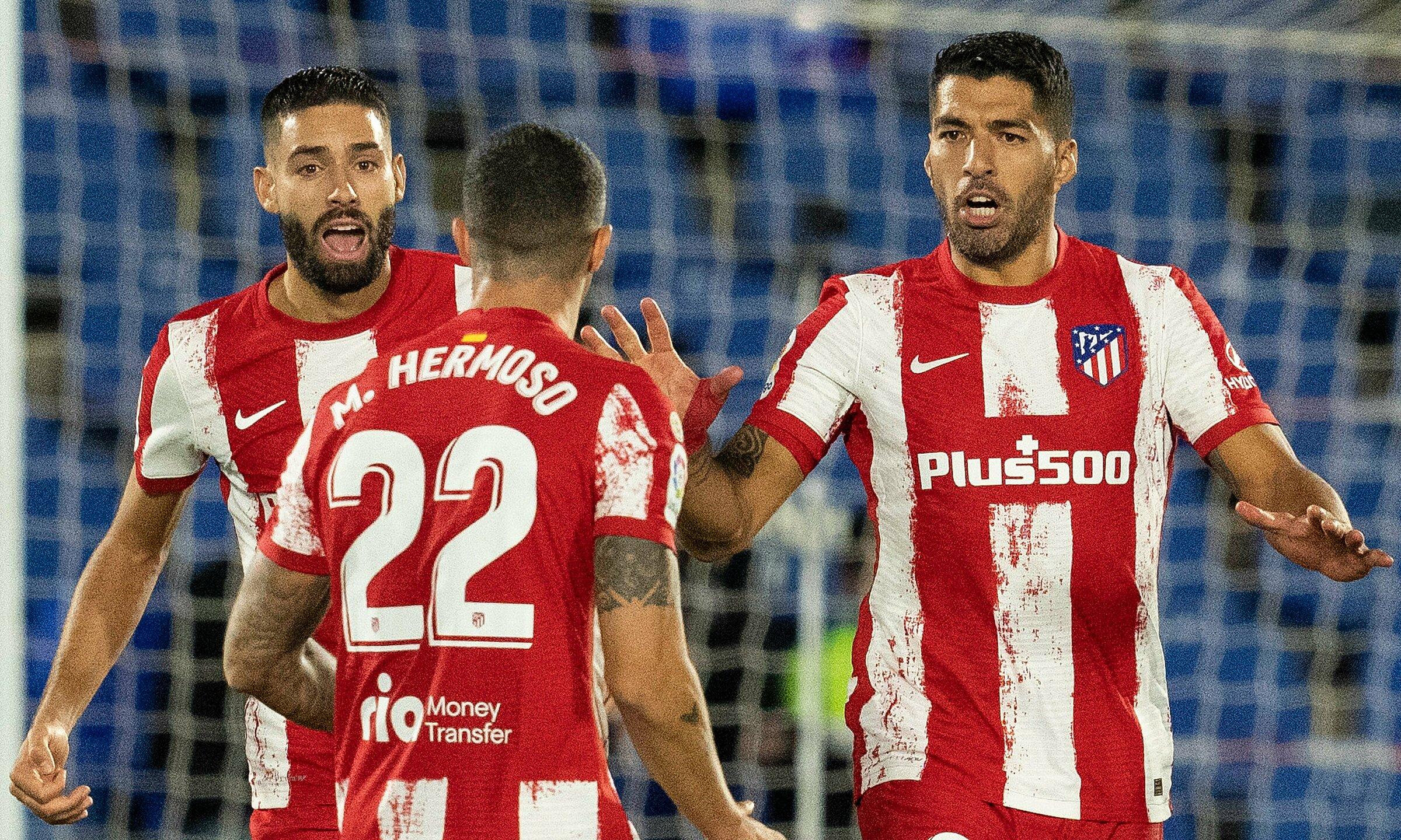 Suarez (phải) không có thời gian mừng bàn sau khi gỡ hoà 1-1. Ảnh: La Liga