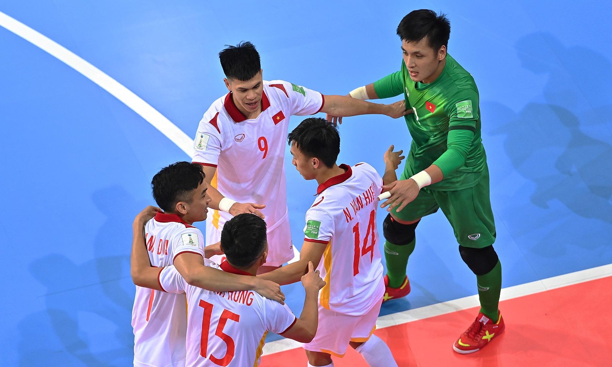 Đồng đội chia vui cùng Văn Hiếu (số 14). Ảnh: FIFA