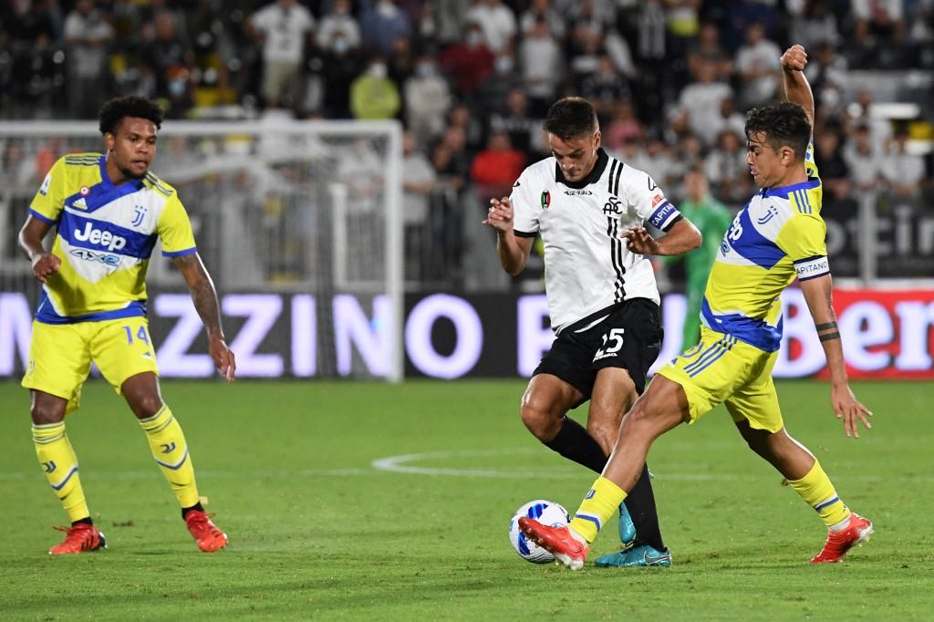 Spezia (trắng) gây ra rất nhiều khó khăn cho Juventus. Ảnh: AFP