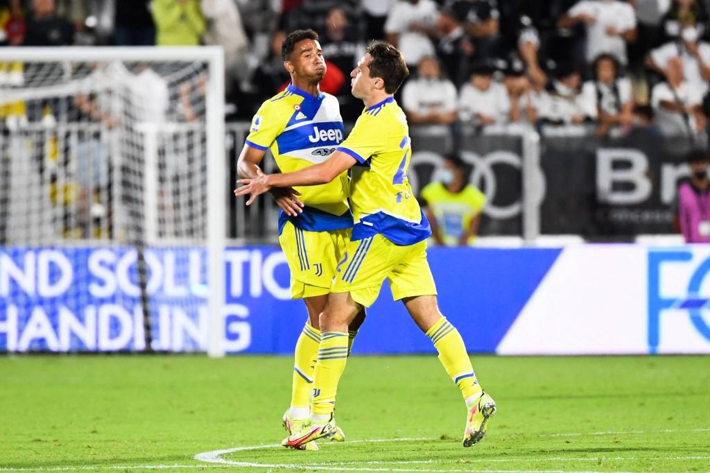 Chiesa (phải) và các đồng đội mừng bàn gỡ hoà 2-2 trước Spezia. Ảnh: AFP