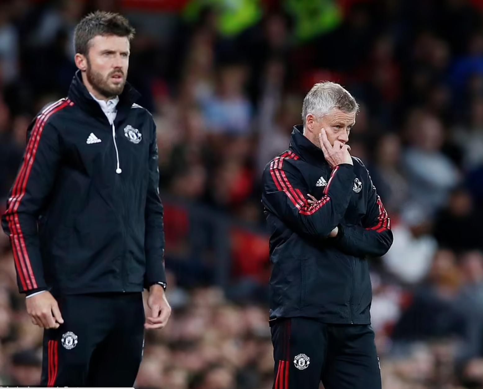 Solskjaer (phải) trầm tư nhìn các cầu thủ Man Utd thi đấu trước West Ham. Ảnh: Reuters