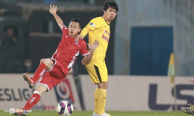 Công Phượng (áo vàng) và các đồng đội lỡ cơ hội lần đầu vô địch V-League. Ảnh: Lâm Thoả