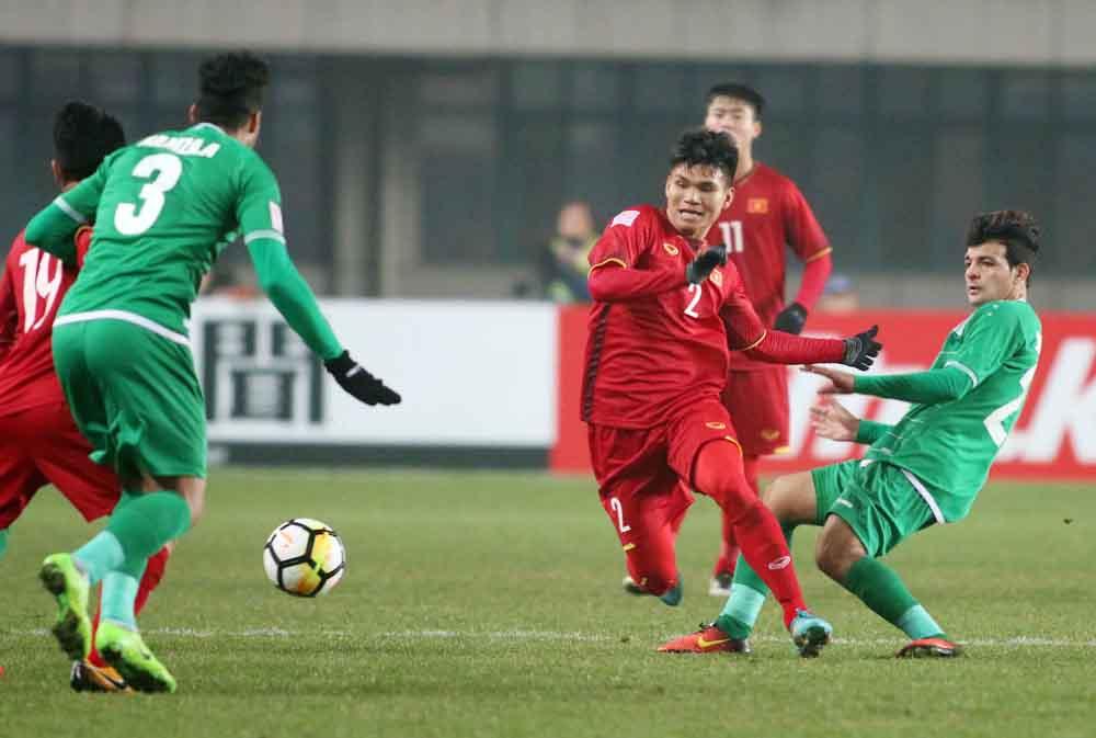 Phạm Xuân Mạnh (số 2) có thể đá cả vị trí hậu vệ và tiền vệ.