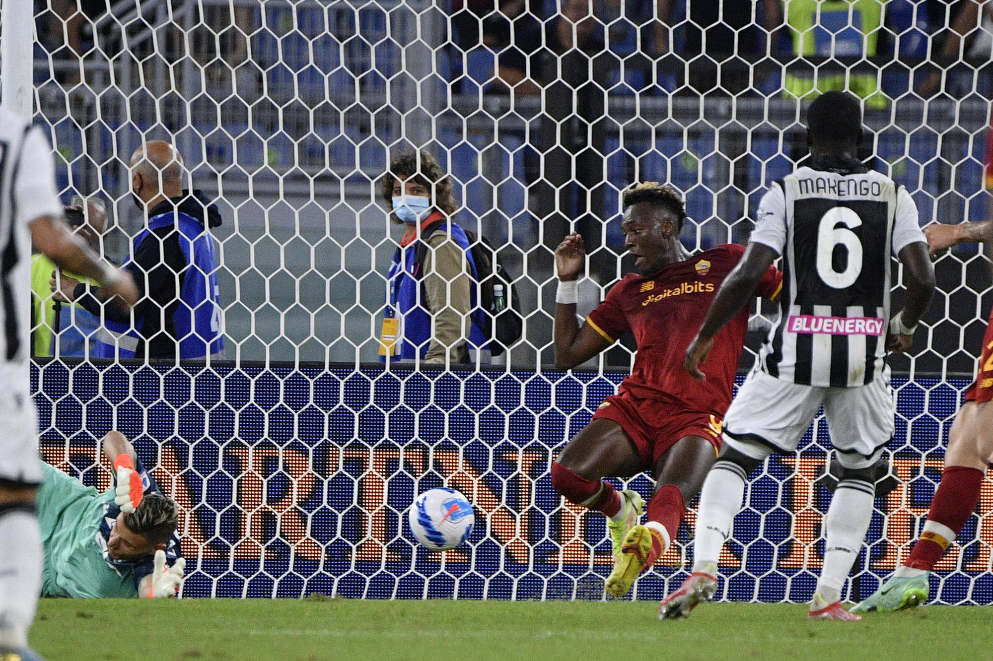 Abraham trong pha đánh gót ghi bàn duy nhất hạ Udinese 1-0 trê sân Olimpico hôm 23/9. Ảnh: Lapresse