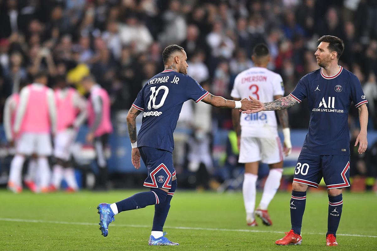 Messi chia vui với Neymar sau khi đàn em ghi bàn gỡ hoà cho PSG trong trận thắng Lyon 2-1 trên sân Parc des Princes hôm 19/9. Ảnh: pgs.fr