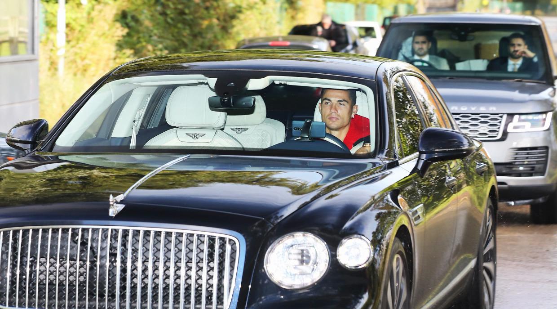 Hai vệ sĩ theo sát Ronaldo từ đằng sau khi siêu sao Bồ Đào Nha đến sân tập Carrington hôm 23/9. Ảnh: The Sun