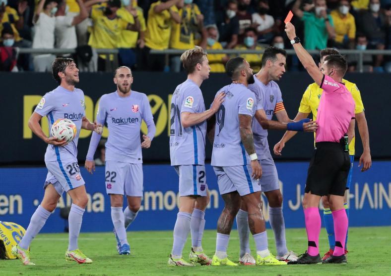 De Jong nhận hai thẻ vàng trong vòng bốn phút.